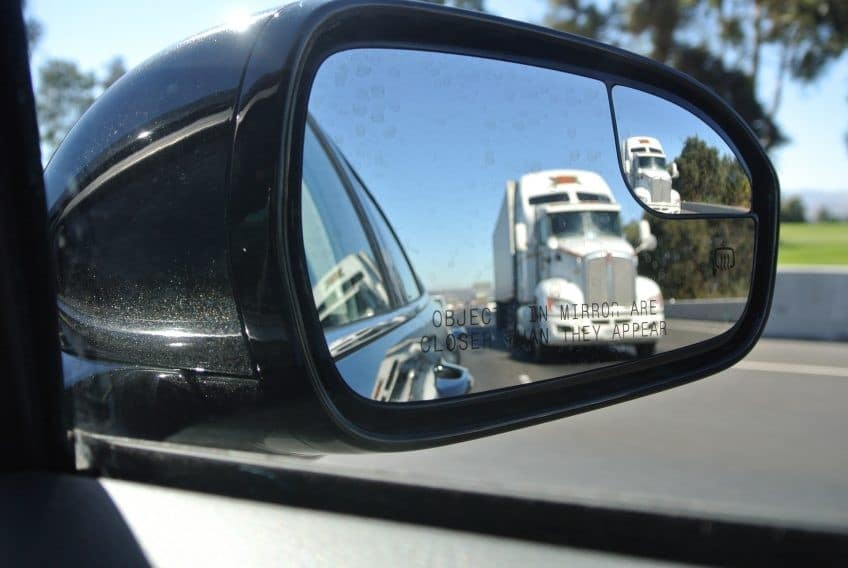 rear-view-mirror-1646510_1920-e1490207304902